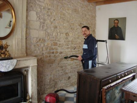 Traitement des pierres apparentes dans la maison la - Mur de pierre salon ...