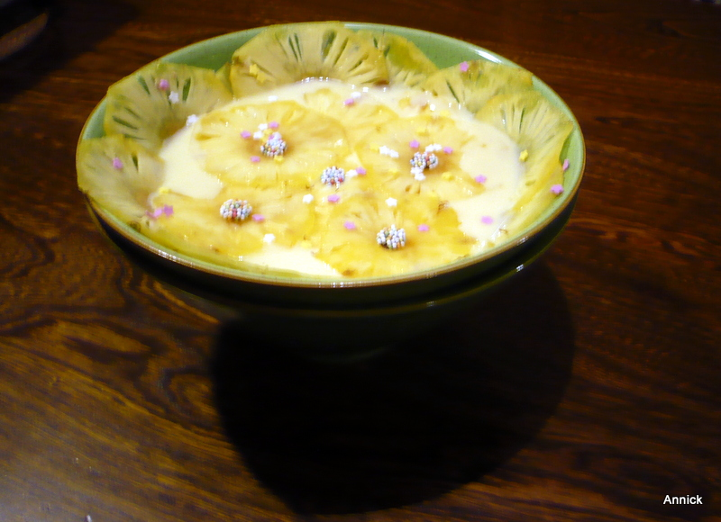 Verser le lait bouillant sans la gousse dans le mélange œuf,sucre en  fouettant, finir à la Maryse. source marmiton.